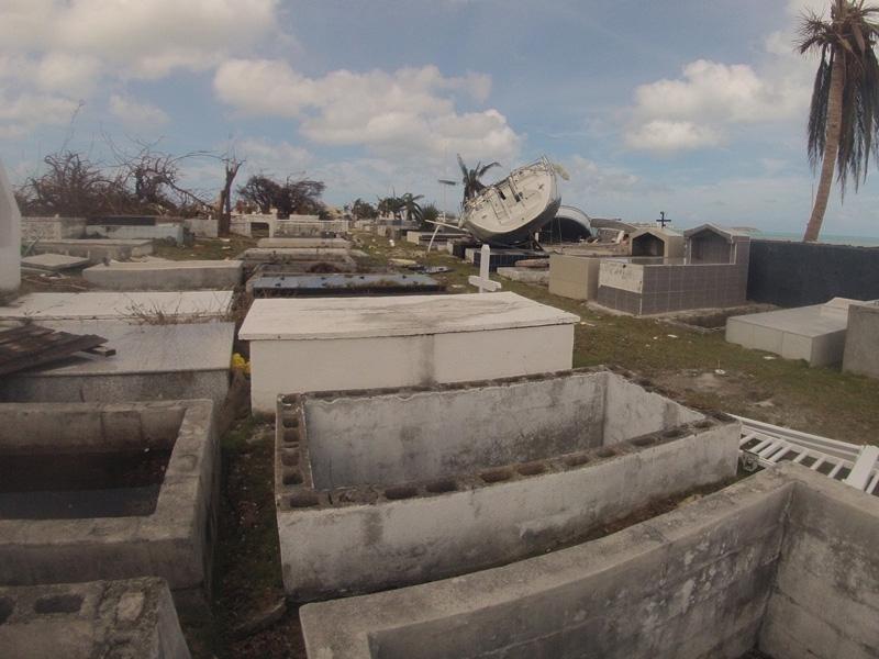 Velero en cementerio tras el huracán Irma